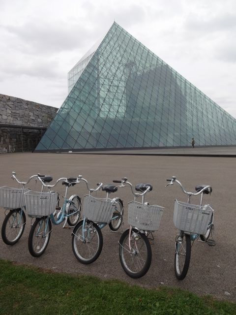 Pyramid_of_glass_and_bicycle